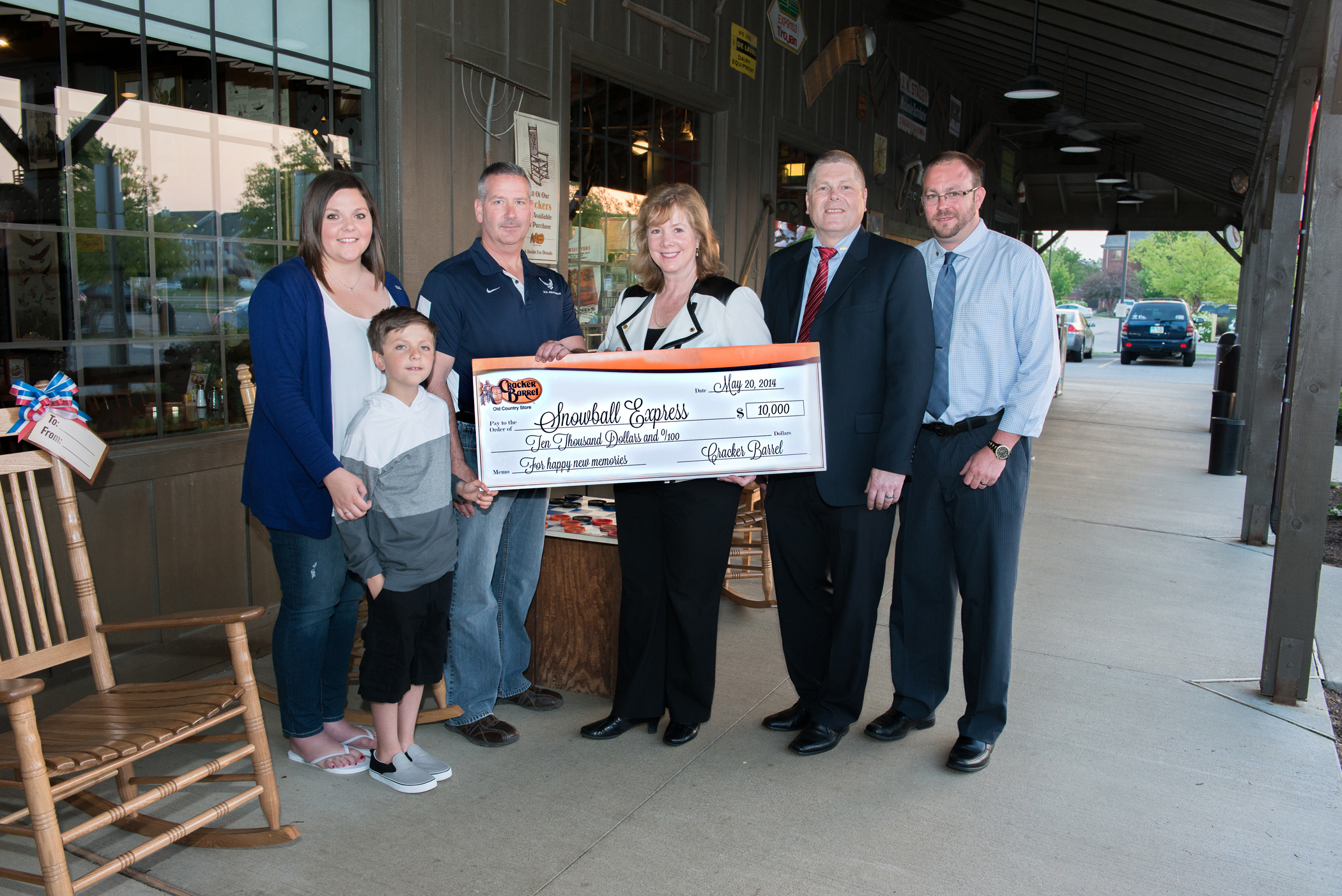 On hand to accept the check is eight year old Myles Eckert, who found a $20 bill in this Maumee, Ohio Cracker Barrel store's parking lot last February and generously gave the money to airman Lt. Col. Frank Dailey, who was in the restaurant that day with his family. Myles father was killed by a roadside bomb in 2005. Snowball Express assists military families like Myles' who have lost a parent killed during active duty. Pictured (L – R) Tiffany Eckert, Myles mother; Myles Eckert; Lt. Col. Frank Dailey, Deb Fratrik, Cracker Barrel Sr. Vice President; Dean Pickett, Cracker Barrel Maumee, OH store manager; and Randy Crafton, Cracker Barrel District Manager. (Photo: Business Wire)