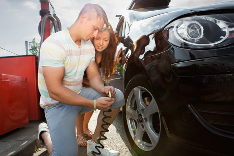 The correct tyre pressure is important for motorists. Customers and fitting partners of the Delticom online stores have already access, free of charge, to the information about TPMS (Tyre Pressure Monitoring System) on the websites. (Photo: Business Wire)