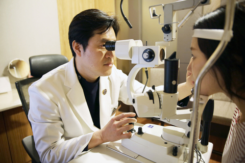 Dr.Koo in Korea at the top of the world with SMILE (Photo: Business Wire)