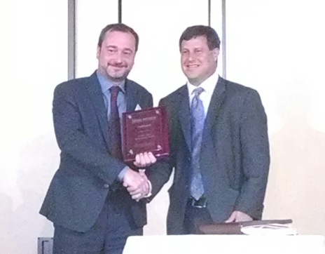 Stéphane Bette, SpineGuard's Co-founder & US General Manager (left), receiving Becker's award during the 12th Annual Spine, Orthopedic and Pain Management-Driven ASC Conference in Chicago - June 12th (Photo: Businees Wire)