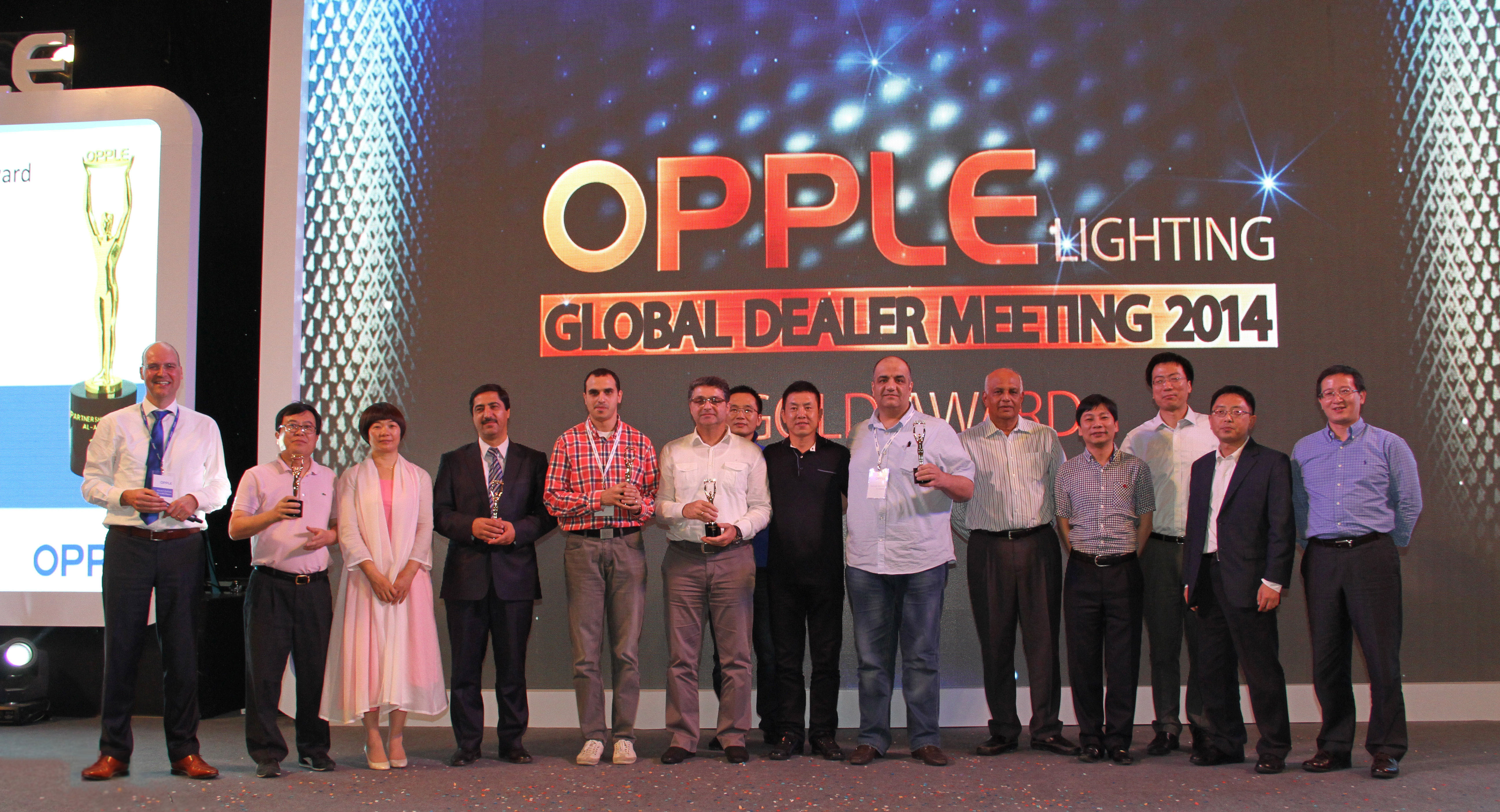OPPLE BOARD MEMBERS AWARDED GOLD PRIZES TO BUSINESS PARTNERS IN DEALER MEETING, GUANGZHOU SHANGRI-LA HOTEL (Photo: Business Wire)