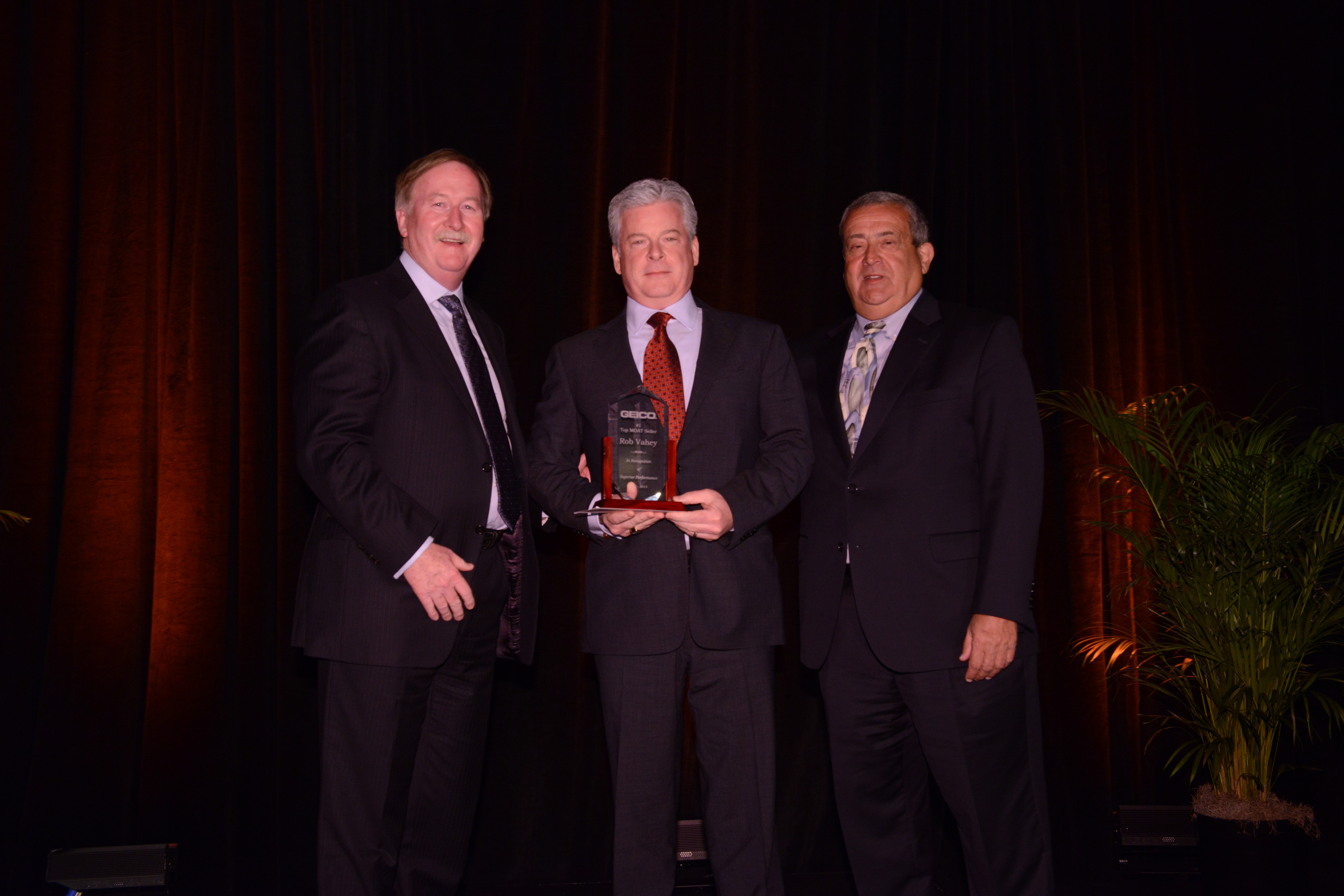 GEICO local agent Rob Vahey (center) is presented the award for GEICO Insurance Agency sales leader of the year by GEICO president and COO Bill Roberts (left) and GEICO Insurance Agency president John Zinno (right) (Photo: Business Wire)