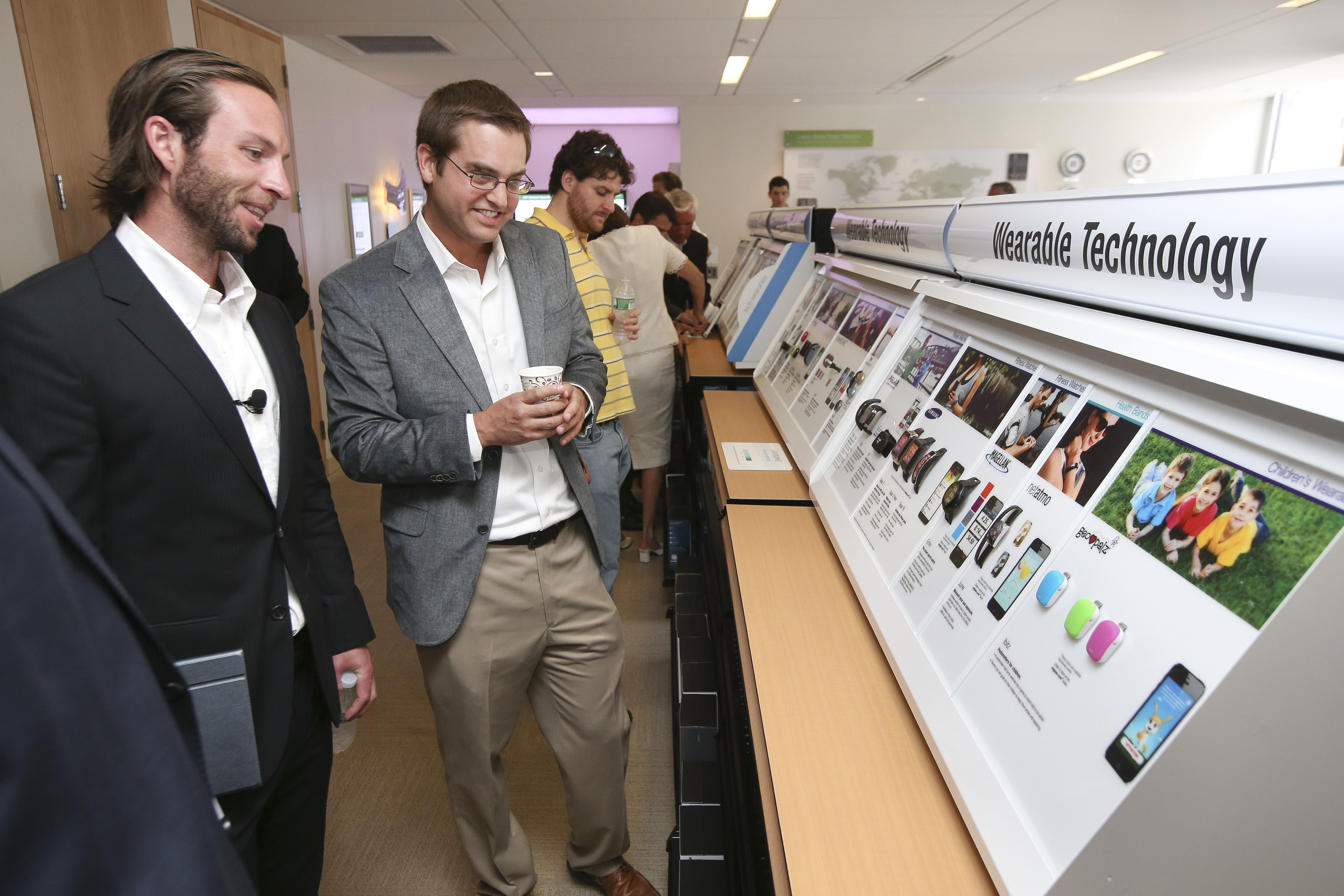 Staples Connect and wearable technology displays will be rolling out to 500 Staples' retail locations across the United States in mid July. (Photo: Business Wire)