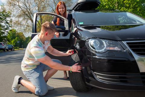 Bevor es mit dem Auto in die Ferien geht, ist es ratsam, das Fahrzeug und insbesondere die Reifen zu checken. (Photo: Business Wire)