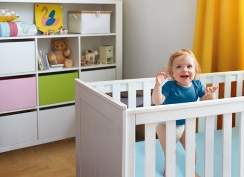 Nach einer trockenen Nacht mit Pampers sind Babys morgens fröhlich und in Tanzlaune (Foto: Business Wire)