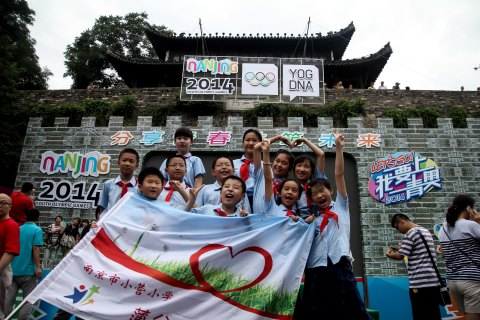 Students from Nanjing Xiaoying Primary School were participating in the 30-day countdown event for Nanjing 2014 Youth Olympic Games. This activity offered the opportunity for children to share summer vacation with YOG happily. (Photo: Business Wire)