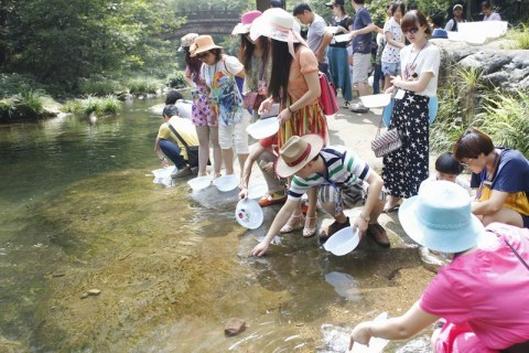 VIP customers of Jinchi Biotech Ltd. were releasing 100 child artificially-bred 2nd filial generation giant salamanders to the nature. (Photo: Business Wire)