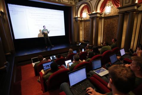 在Digital Palace(數位殿堂)裡授課(照片:美國商業資訊