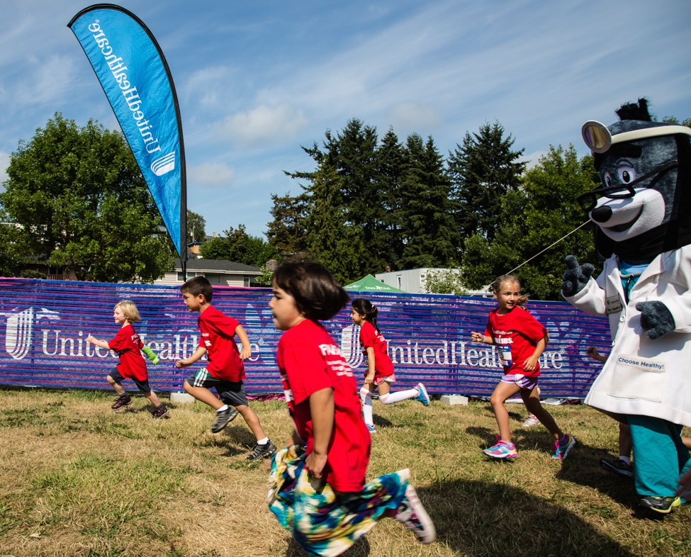 Seattle area youth jump to a fast start with UnitedHealthcare's Dr. Health E. Hound at the beginning of the UnitedHealthcare IRONKIDS Seattle Fun Run, which took place in Genesee Park on Saturday, August 16. (Photo Source: Trig Jones)