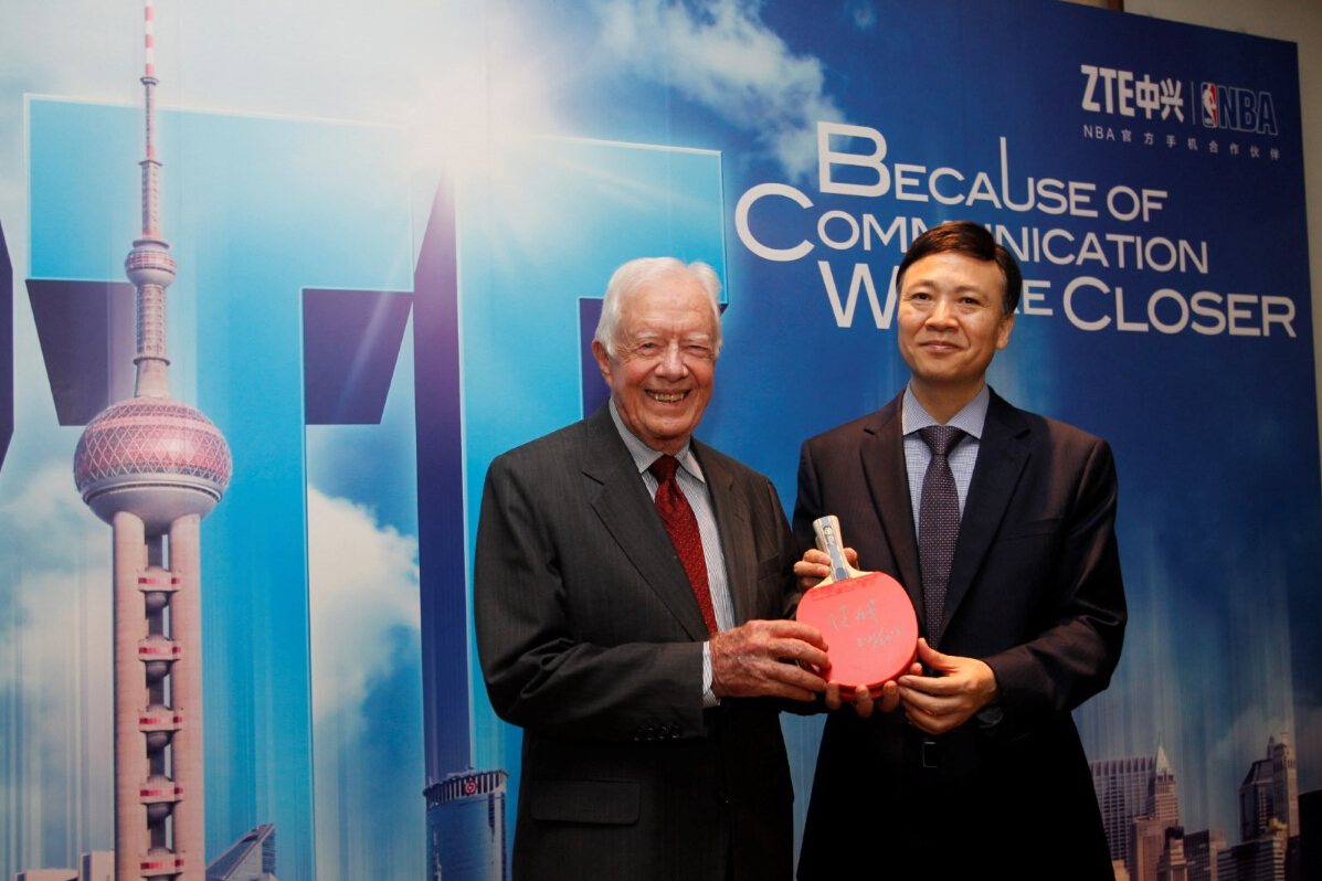 ZTE President Shi Lirong presents President Carter with Ping Pong paddle signed by ZTE Chairman Hou Weigui (Photo: Business Wire)