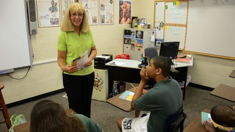 Cindy McGarrigle of Regions Bank working with students from Academy Prep Centers for Education in St. Petersburg, Fla. (Photo: Business Wire)