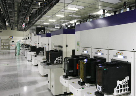 The clean room at Toshiba Yokkaichi Operations Fab5 (Photo: Business Wire)