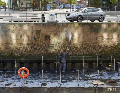 Reverse Graffiti Künstler Moose kreiert ikonische Hamburg skyline am Ufer des St. Annenufer Kanal in Hamburg (Photo: Business Wire).