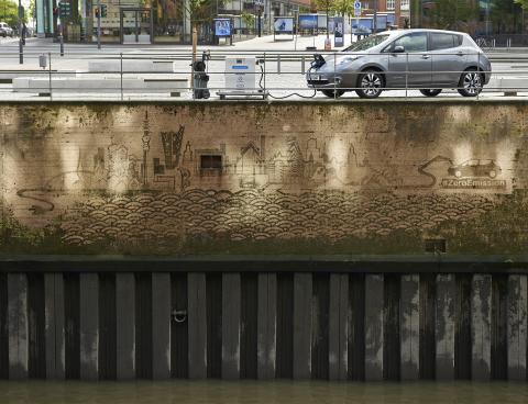 Das erste Auto-Graffiti der Welt zeigt Hamburgs ikonische Skyline (Photo: Business Wire).