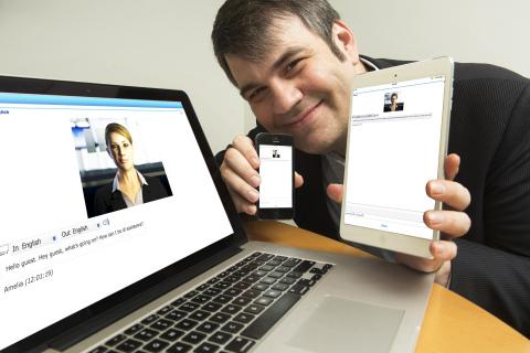 "IPsoft新兴技术部副总裁Ergun Ekici展示公司的新认知计算平台""Amelia""(照片来源:Jon Simon/Feature Photo Service)"