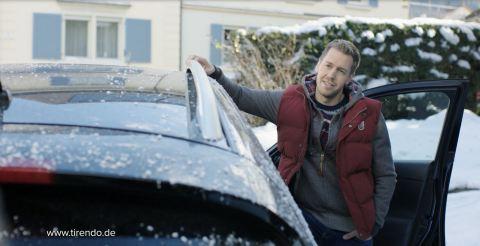 Ausschnitt aus dem neuen Tirendo-Werbespot: Sebastian Vettel wartet auf seinen Freund Uke Bosse. (Fo ...
