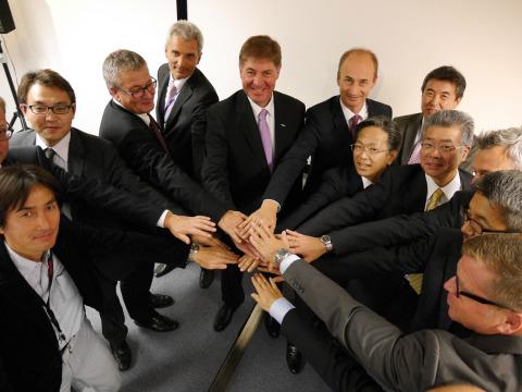 スティーガー社長(左から5人目)と統合各社の幹部(写真:ビジネスワイヤ)
