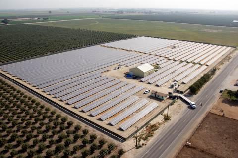 カリフォルニア州トゥーレアリ郡にある太陽光発電所(写真:ビジネスワイヤ)