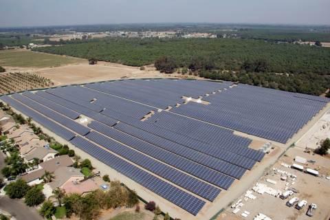 カリフォルニア州トゥーレアリ郡ファーマーズビルにある太陽光発電所(写真:ビジネスワイヤ)