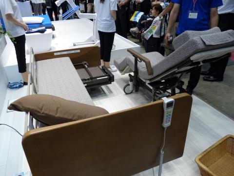 電動ベッドの一部が車いすになる離床アシストベッド「リショーネ」。パーソナルケアロボットの安全性に関する国際規格ISO13482に基づく世界初の認証を取得 (写真:ビジネスワイヤ)