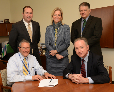 Back row (left to right): Michael Clark - Executive Director of Research at Children's Hospital Colorado (CHC), Robin Deterding - Director of Breathing Institute at CHC, Frederick J. Suchy, MD - CHC Chief Research Officer. Front Row (left to right): Jim Shmerling - CEO of CHC, Byron Hewett - CEO of SomaLogic. (Photo: Business Wire)