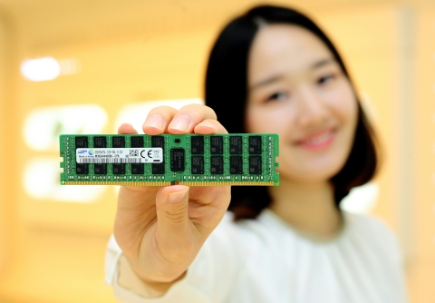 Samsung 32GB DDR4 module using 8Gb 20nm chips (Photo: Business Wire)