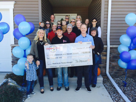 Chicken of the Sea's Bob Ochsner presents Makenzie and Steven Schultz with a $10,000 'Gratitude Award' to thank the couple for Paying it Forward. In total, the seafood brand has awarded $1 million nationwide in celebration of its 100th anniversary. (Photo: Business Wire)