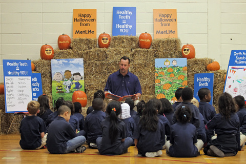 Legendary Boston pitcher and world champion Tim Wakefield joins MetLife and Harvard-Kent Elementary students in a pop-up pumpkin patch to read It's the Great Pumpkin Charlie Brown, promoting good oral health this Halloween and encouraging families to enroll in dental benefits during annual Open Enrollment season. (Photo: Business Wire)