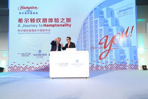 ロゴ 写真 ヒルトン・ワールドワイドは、中国の大手ホスピタリティグループの鉑濤酒店集団と、ハンプトン・バイ・ヒルトン・ブランドを中国で急速に展開するための独占ライセンス契約を締結したと発表しました(写真)。ヒルトン・ワールドワイドで照準設定サービスブランドおよびハンプトン・ブランド運営担当グローバルヘッドを務めるフィル・コーデル(左)と、鉑濤酒店集団の最高財務責任者である吳海兵(右)は、2014年10月30日に北京で行われた契約締結を祝うイベントに参加しました。(写真:ヒルトン・ワールドワイド)