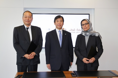 At the signing ceremony (From left: Hideyuki Ariyasu, Chief Executive Officer, Hitachi Plant Qatar; Kunizo Sakai, Vice President and Executive Officer, President & CEO of Infrastructure Systems Company,Hitachi; Professor Sheikha Abdulla Al-Misnad, President, Qatar University) (Photo: Business Wire)