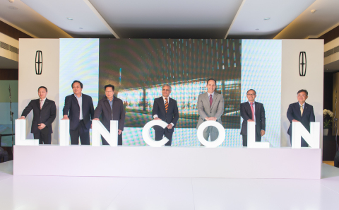 Kumar Galhotra, president of Lincoln (center), Robert Parker, president of Lincoln China (right) and dealership representatives celebrate the opening of the Beijing Furui Lincoln store. (Photo: Business Wire)