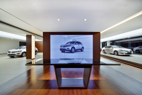 In every Lincoln store, the high-tech Personalization Studio features a 46-inch interactive LCD touch screen that projects a near life-size image of the vehicle. This allows customers, through controls on a nearby table, to visually explore the entire array of models, colors and features and configure the desired vehicle both inside and out before making a selection. (Photo: Business Wire)