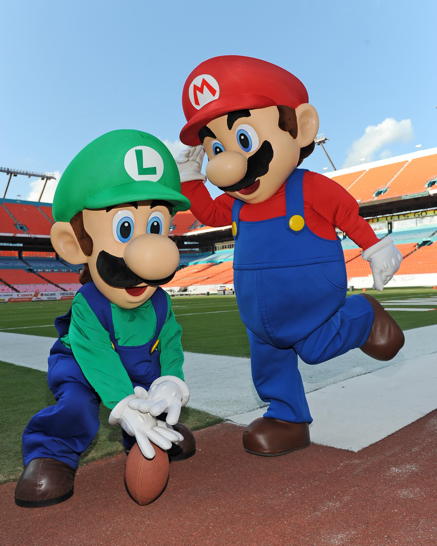 photos of nintendo icons mario and luigi visiting sun life stadium