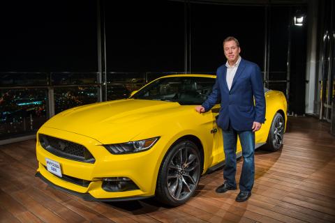 フォード・モーター・カンパニーのビル・フォード執行会長が新しい2015年型マスタングをドバイに迎えました。この車は世界一高いビルのブルジュ・ハリファ112階に運ばれました。(写真:ビジネスワイヤ)