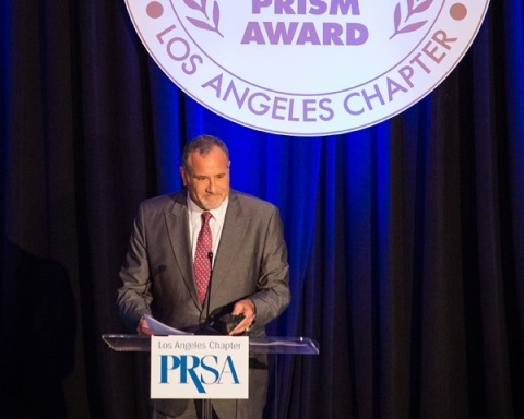 Howard Bragman, Vice Chairman of Reputation.com and Founder of Fifteen Minutes PR, addresses the audience after accepting PRSA-LA's 2014 PR Professional of the Year Award. (Photo: Business Wire)