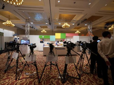 (缅甸)松下解決方案展览会上的厨具和专业相机展示(照片:美国商业资讯)