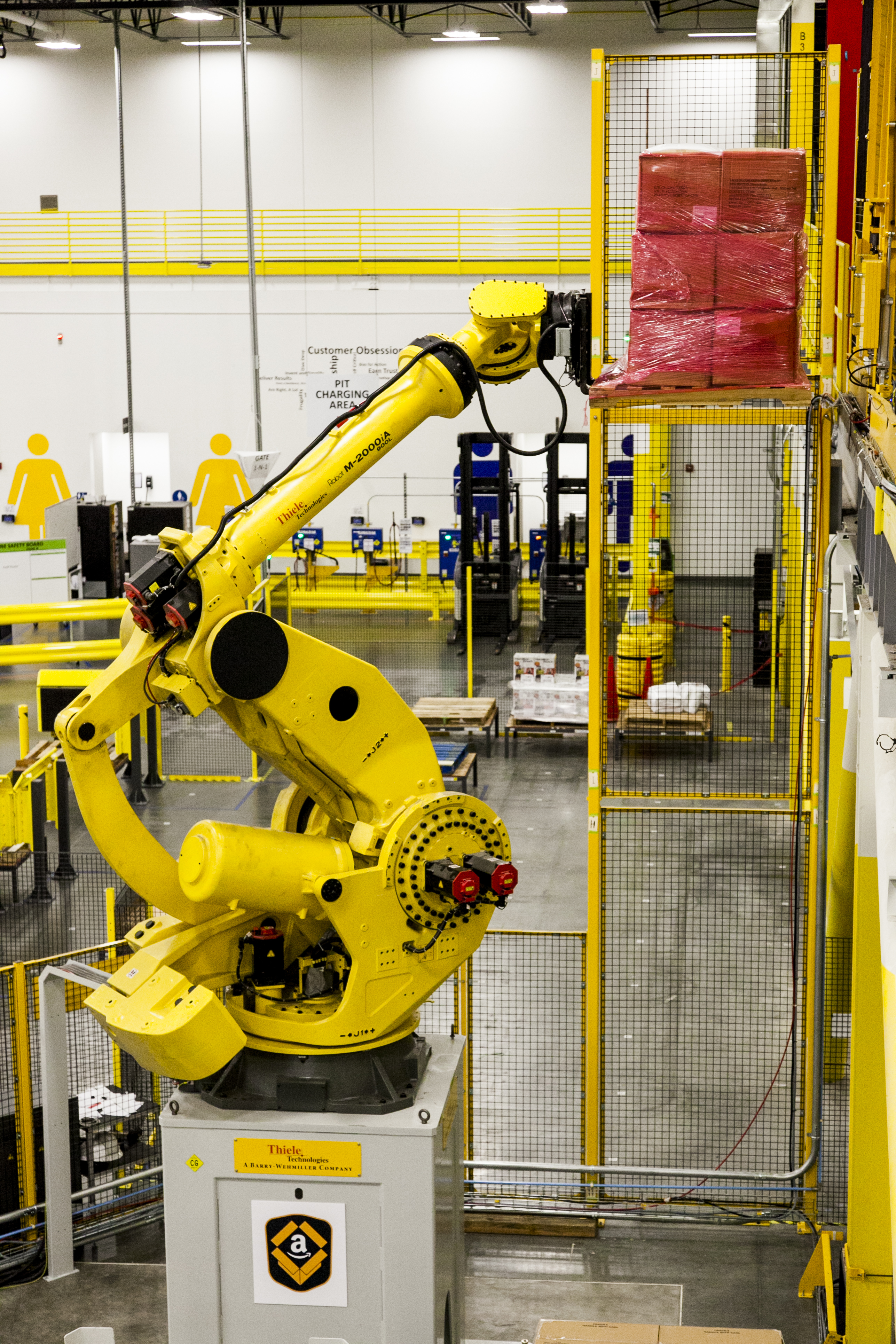 Amazon's Robo-Stow, one of Earth's largest robotic arms moving products directly to a Kiva robot in its newest generation fulfillment center. (Photo: Business Wire)