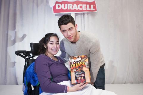 Nick Jonas en compagnie d'Aziza, ambassadrice et patiente de l'hôpital SickKids, à l'occasion du lan ...