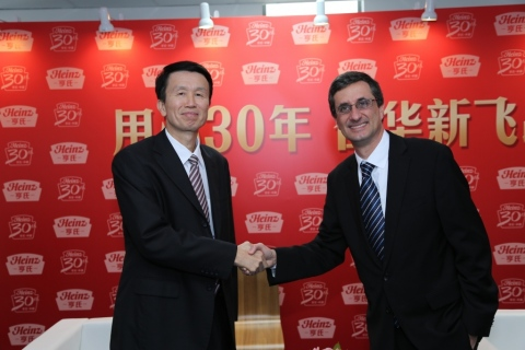 Shaking Hands: Mr. Liu Yuelun, Party Chief of Foshan City and H.J. Heinz Company CEO Bernardo Hees (Photo: Business Wire)