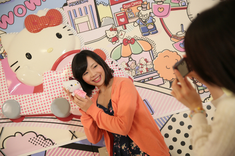 Photo: Keio Plaza Hotel Tama also opened the Kitty Town rooms. Guests will enjoy the delightful pop decor as well as the variety of original Kitty items. (C) 1976, 2014 SANRIO CO., LTD. APPROVAL No. SP550961 (Photo: Business Wire)