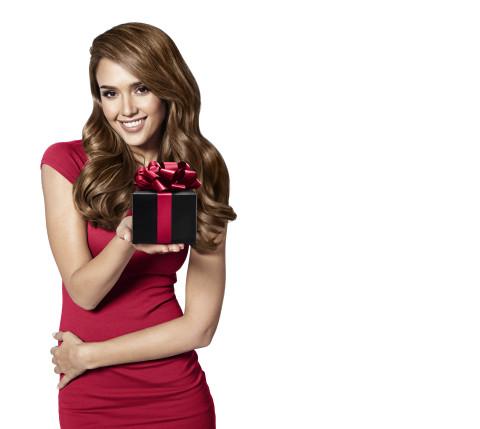 ジェシカ・アルバ、KVを贈る(写真:ビジネスワイヤ)
