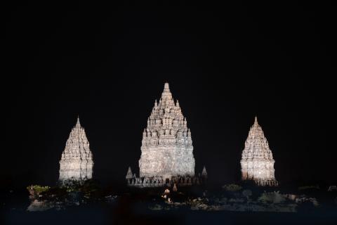 パナソニックのLED投光器(プラチナ色)でライトアップされたプランバナン寺院群・UNESCO世界遺産 (写真:ビジネスワイヤ)