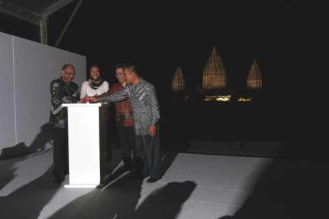 インドネシア政府、UNESCOジャカルタ事務所、PT.タマン、パナソニックの4者の代表者による点灯式 (写真:ビジネスワイヤ)