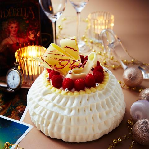 京王プラザホテル: 新国立劇場バレエ「シンデレラ」鑑賞と「シンデレラ」をテーマにしたクリスマスケーキのおみやげ付きクリスマスディナープラン「シンデレラと魔法の聖夜」(写真:ビジネスワイヤ)