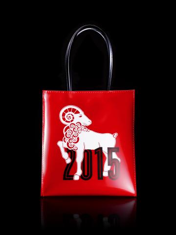 靈感源自布魯明戴爾代表性棕色購物袋(Brown Bag)的限量版可重複使用「小羊包」(照片:美國商業資訊)