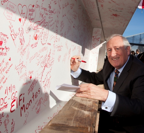 Christopher G. Dawes, president and CEO of Lucile Packard Children's Hospital Stanford, signs the final steel beam for the hospital expansion during the Topping Off Ceremony on January 14, 2015. (Photo: Business Wire)