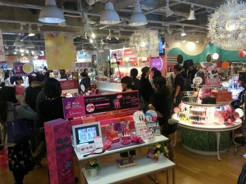 スキンガーデンは様々な韓国化粧品のほか、楽しい見どころもあり、家族連れでにぎわっている。 (写真:ビジネスワイヤ)
