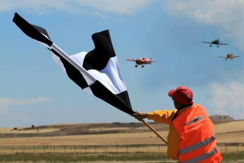 Corredores cruzan la linea de meta en Lleida España en la primera carrera de formula uno de avioneta ...