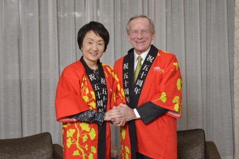 Jim Thompson thanks the Mayor of Yokohama, Fumiko Hayashi, for hosting Crown Worldwide for the past 50 years (Photo: Business Wire)