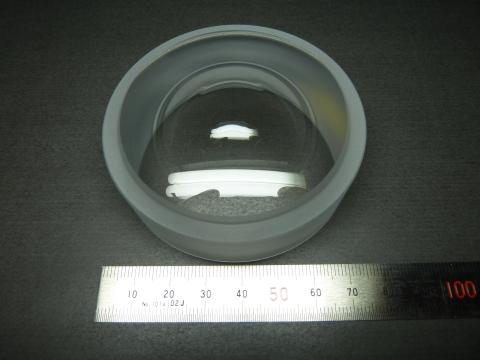 模造玻璃非球面鏡頭:直徑75公釐(照片:美國商業資訊)